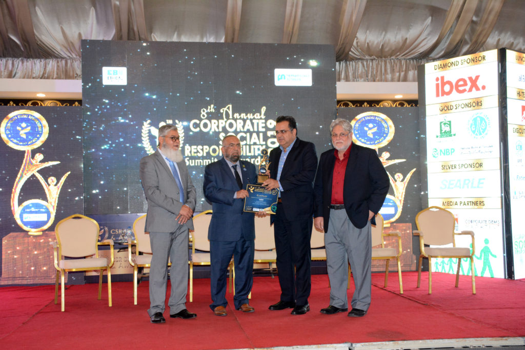 Rafiq Mangi, Acting COP, receives the CSR award on behalf of Blumont/CMP.